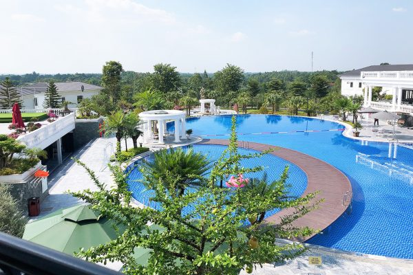 Hồ bơi rộng lớn tại Glory Resort